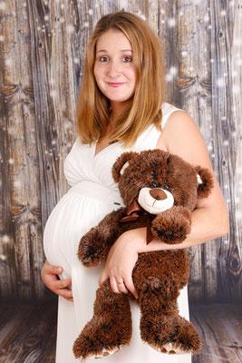 Babybauch Fotoshooting, werdene Mama mit Teddy, Frick