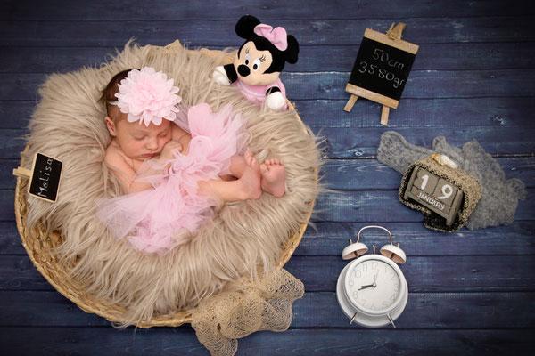 Baby Fotoshooting als Homeshooting, Baby Maus mit ihren Geburtsdaten, Sisseln