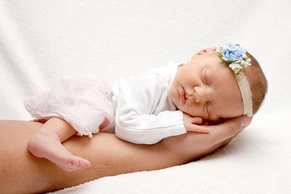 Newbornfotografin, Baby schläft auf Papis Arm, Hildisrieden