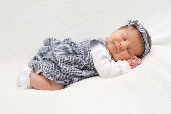 Baby Shooting, lachend in der Bauchpose, Aarau, Olten