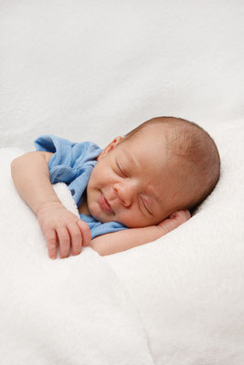 Babyfotoshooting, Seitenpose mit Babylächeln, Newbornshooting, Schaffisheim