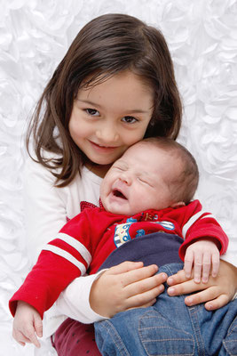 Newbornshooting, Schwester hält Baby im Arm, Unterkulm