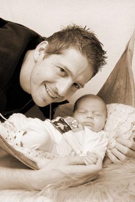 Baby Homeshooting, Papi mit Bub im Bananenblatt, Römerswil