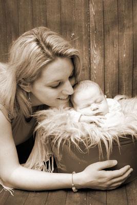 Newborn Homeshooting, Baby schläft im Eimer, Wohlen