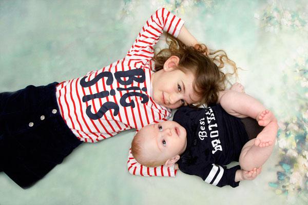 Geschwisterfotoshooting, grosse Schwester mit Baby Bruder, Rheinfelden