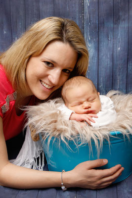 Newborn Homeshooting, Mami mit Baby im Eimer, Lenzburg