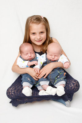 Kinderfotografie, grosse Schwester mit Zwillingsbrüdern, Zeiningen