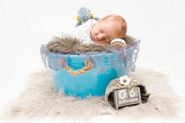 Babyfotografie, Baby schläft im Eimer, Sursee