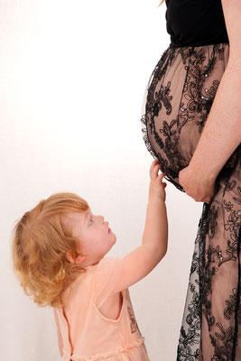 Babybauchshooting, die grosse Schwester freut sich schon auf das Baby, Sursee
