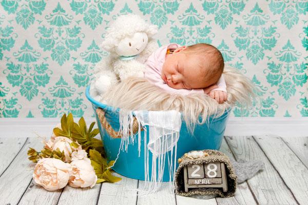 Babyfotoshooting - Baby schläft im blauen Eimer ♥ Trimbach