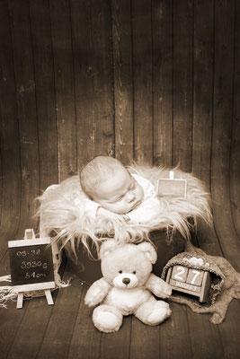 Babyfotografie,  Sepia Foto mit Baby im Eimer