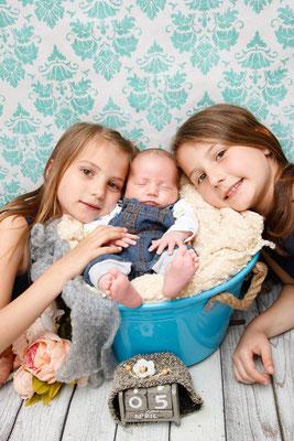 Kinderfotograf, stolze Schwestern mit Babybruder ♥, Herznach