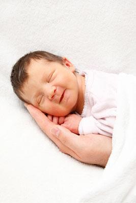 Babyfotografie -auf Papi's Hand lachend im Schlaf ♥ Sursee