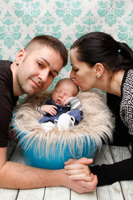 Babyfotoshooting im Fotostudio, glückliche Eltern, Mumpf