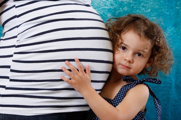 Babybauch Fotoshooting mit grosser Schwester, Homeshooting Frick