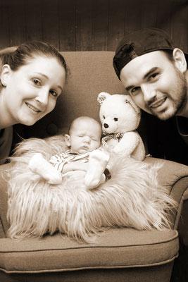 Familienfoto - Homeshooting, stolze Familie mit kleinen Engel, Möhlin