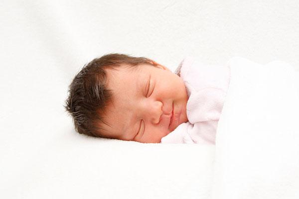 Newbornfotografie, schlafendes Baby lächelt ♥ Suhr
