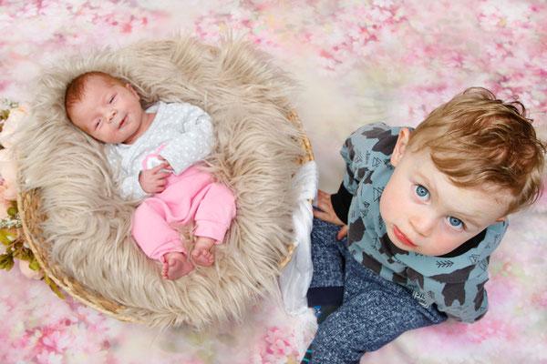 Baby Fotoshooting, grosser Bruder mit kleiner lachenden Babyschwester, Aargau