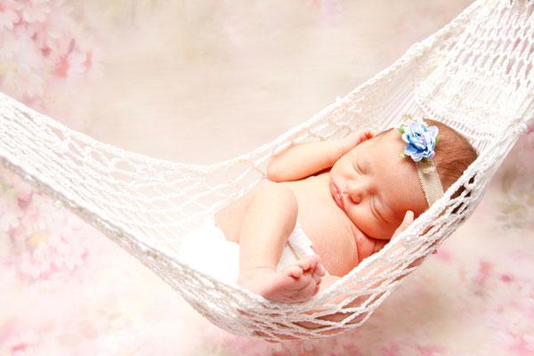 Newbornhomeshooting, kleine Maus in der Hängematte, Reiden