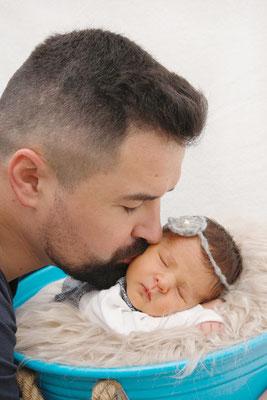 Babyfotoshooting, Papi küsst Baby, Suhr