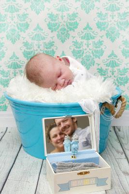 Baby Fotoshooting - Baby im Eimer mit Eltern im Spiegel - Lenzburg