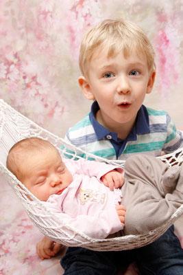 Geschwisterfoto - grosser Bruder freut sich über seine Babyschwester ♥ Stein AG