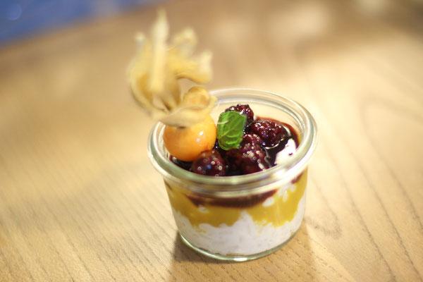 Kokosmilchreis mit Mangopudding und Maulbeersauce