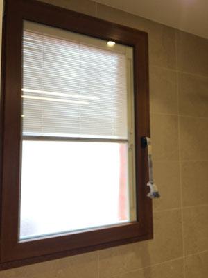 Ventana con persiana dentro de la camara, muy interesante para el interior de la ducha