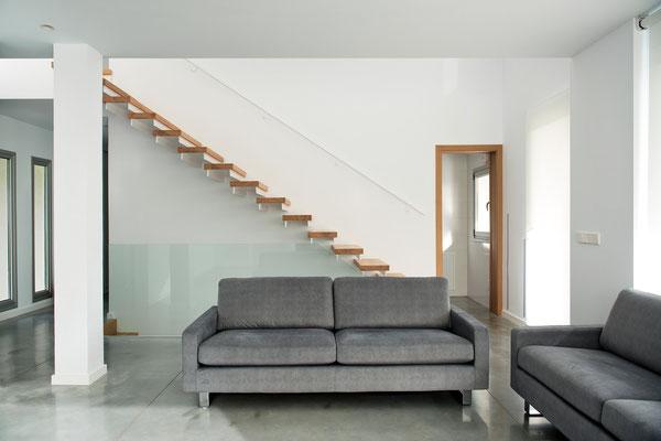 Sofá y escalera volada.