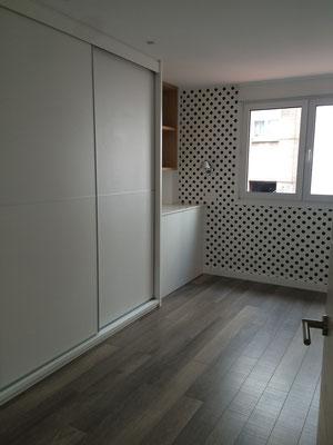 Dormitorio juvenil en tonos blancos