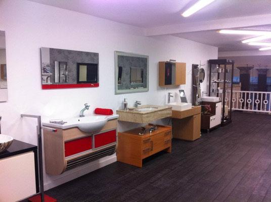 Exposición de muebles de baño.