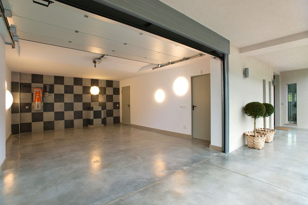 Garaje, iluminación en paredes.