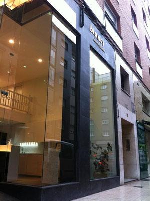 Fachada principal. Ampliamos los escaparates de manera que la luz natural entra hasta la mitad de la tienda.