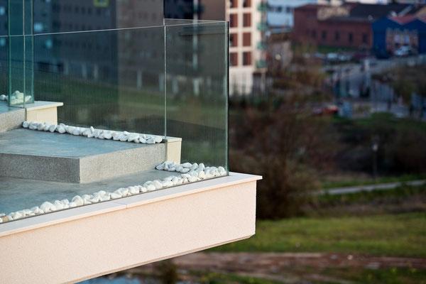 Detalle de barandilla de terraza de vidrio