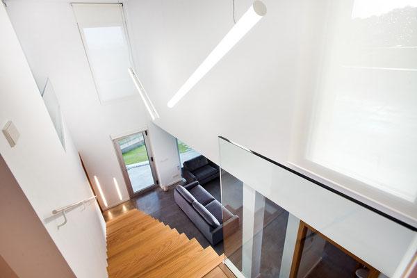 Detalle de escalera sin barandilla e iluminación suspendida