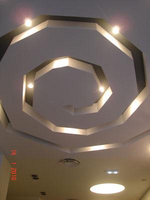 Techo inclinado hecho haciendo una caracola con luz interior.
