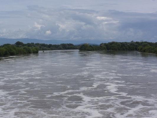 Staustufe bei Hochwasser