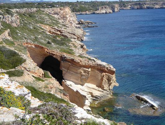 ...und eine von vielen Höhlen