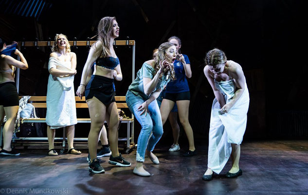 CARRIE - Das Musical, Carrie (Lorena Dehmelt), Chris (Alexandra Nikolina), Sue (Larissa Pyne) & Ensemble