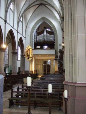 Blick in die Kirche, an der Säule ...