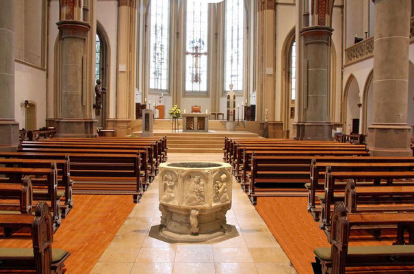 2016 - Innenansicht mit dem Taufstein in der Kirchenmitte