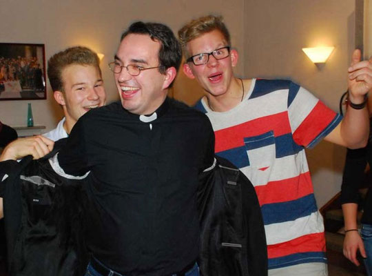 ... holten die Messdiener auch Diakon Christoph Potowski auf die Tanzfläche ...