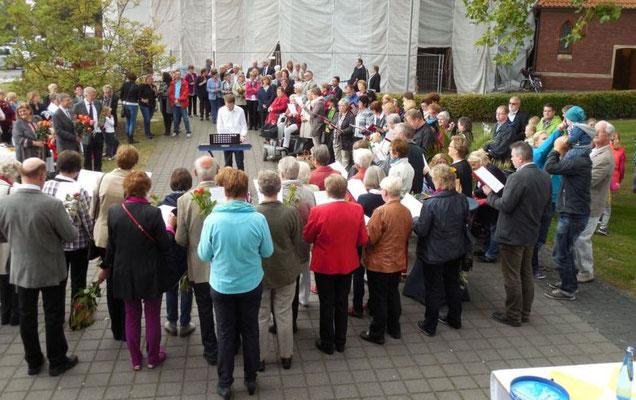 Die Gemeindemitglieder sangen in einem große Kreis