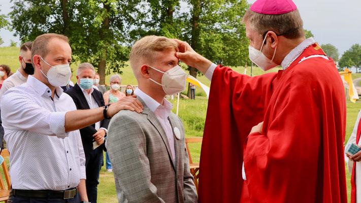 Weihbischof Stefan Zekorn spendet die Heilige Firmung