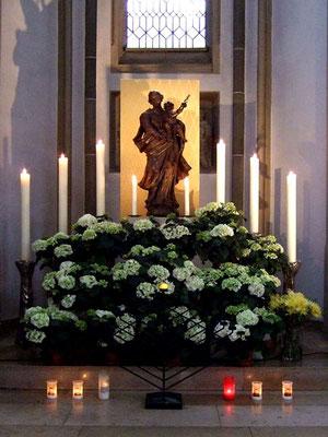... hier im Marienmonat Mai besonders geschmückt