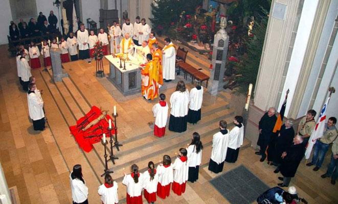 Blick auf den Altarraum von der Josephskapelle
