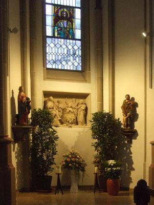 Gedenkort der Heiligen: Hl. Katharina, Sandsteinrelief des hl. Vitus - Patron der Kirche, Hl. Josef