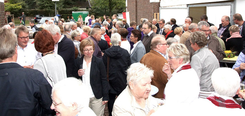 Nach dem Festgottesdienst ist die Gemeinde bei angenehmen Wetter zu einem Treffen eingeladen. Zur Begrüßung erhielt jeder Gast ein Glas Sekt.