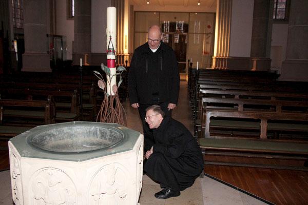 Betrachtung des Taufbeckens