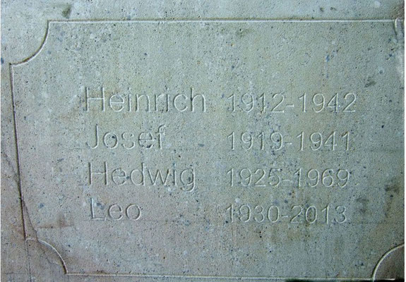 Auf der Rückseite des Kreuzes sind Namen eingetragen